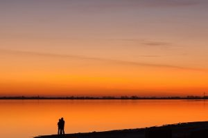decline lake coast pair silhouettes romanticism Hd Wallpaper
