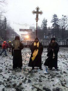 Ukrán szerzetesek -20 fokos hidegben imádkoztak és énekeltek